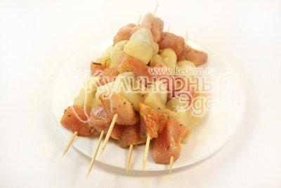 Куриный шашлык с острым салатом